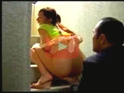 【ヘンリー塚本作品】イヤラシイ目をしたヘンタイ売り子にそそのかされて欲求不満の人妻がマンションの階段で手まんされてる